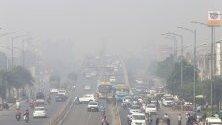 Смог по улиците на Амритсар, Индия, докато в града се чества фестивала Дивали. Нивата на замърсяване на въздуха се вдигат винаги по време на честванията заради паленето на свещи, фенери и фойерверки.