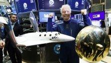 Ричард Брансън, основател на Virgin Galactic, позира на фондовата борса в Ню Йорк с модел на космически кораб по повод първия ден от търгуването на акции на Virgin Galactic Holdings на борсата.