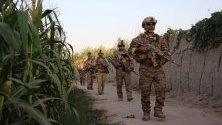 Афганистански войници патрулират по време на операция срещу талибаните в провинция Хелманд.