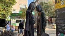 С наближаването на празника Хелоуин по столичните улици често може да се срещнат хора в карнавални костюми, с маски и грим.