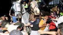 Екоактивисти в сблъсъци с органите на реда по време на протест в Мелбърн, АВстралия. Протестът е пред сграда, в която се провежда годишна конференция по рудодобив.