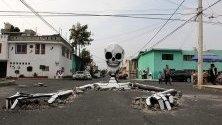 Макет на скелет, излизащ от дупки по улицата, в квартал Тлауак, Мексико сити. Скелетът е дело на Раймундо Медина, жител на мексиканската столица, за Деня на мъртвите и е призив към властите да оправят улиците.