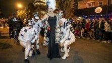 Участници в ежегодната надпревара на високи токчета в Дюпонт Съркъл във Вашингтон. От 1986 г. членове на ЛГБТ обществото учасват в надпреварата преди Хелоуин.