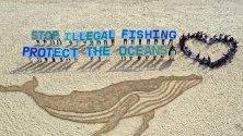 """Активисти на """"Грийнпийс"""" са изрисували гигантски кит по време на протест срещу незаконния улов на китове на плаж в Бусан, Южна Корея."""