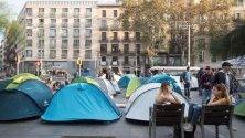 """Студенти, наричащи се """"Поколението от 14-и октомври"""", е разположило протестни палатки срещу """"репресиите"""" и с искане за гарантиране на амнистия на каталунските лидери, участвали в референдума за независимост на Барселона."""
