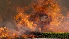 Пощенски кутии в пламъци при горския пожар край Сими Вали, северно от Лос Анджелис, Калифорния.
