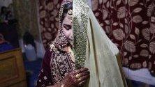 Булка от Кашмир по време на сватбата си в Шринагар, Индия. Сватбеният сезон в Кашмир започва през септември след края на жътвата. Празненствата траят поне два дни.