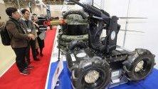 Посетители разгледат дронботове по време на изложение на военна техника 2019 Korea Smart Defense Industries Expo  в Гуми, Южна Корея.