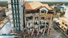Разрушен хотел след новия трус от 6.5 по Рихтер в град Кедапауан, Филипините.