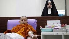 Монах дарява кръв, а жена от персонала се е маскирала като от филм на ужасите по време на кампания по даряване на кръв на Хелоуин в Тайванския червен кръст в Банкок.