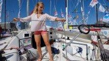 Виолет Доранж от Франция подготвя лодката сив Лас Палмас на Канарските острови преди опита й да стане първата жена в историята, преплавала сама Атлантичесия океан. Плаването й започва на 2 ноември.