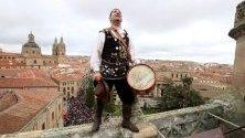 Анхел Руфино де Аро, т.нар. марикельо, подновява традицията за катерене по камбанарията на катедралата в Саламанка, Испания. Всяка година от 1755 г. марикельо изкачва 300-те стъпки по кулата и бие камбаните с благодарност към Бога, че е защитил града по време на голямото лисабонско земетресение.