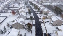 Сняг вали в Раунд Лейк Хайтс, Илинойс. Ранна зимна буря донесе над 7 см сняг в района и мина рекорда от 1923 г.