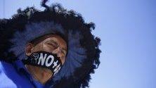 Протестиращ срещу пенсионната система в Салвадор, която наскоро претърпя реформи. Близо 50 синдиката в Салвадор участваj в протестите.