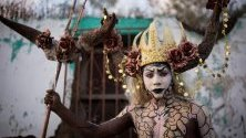 Участник по време на празненствата за Деня на мъртвите в Оаксака, Мексико.