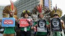 Лидери на бразилски племенни общности позират с портрети на Пауло Паулиньо Гуахахара пред централата на Еврокомисията в Брюксел. Гаухахара е екоактивист, убит от незаконни дървосекачи в Амазонската гора.