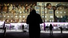 Графики и исторически кадри, прожектирани върху сградата на музея, посветен на ЩАЗИ - бивша центала на източногерманските служби за сигурност, по повод 30-тата годишнина от падането на Берлинската стена на 9 ноември.
