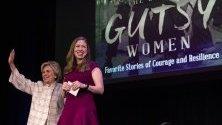 """Бившият държавен секретар на САЩ и първа дама Хилари Клинтън и дъщеря й Челси представят книгата си """"The Book of Gutsy Women"""" в Лос Анджелис."""