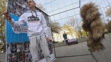 Протестиращи влязоха за седмица в клетка пред Народното събрание срещу фермите за кожи.