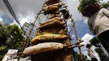 Камбоджанец продава пчелни кошери и мед на улицата в Пном Пен.