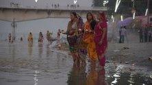 Жени изпълняват ритуал на брега на река Сарю в Айодхя, Индия, в деня, в който Върховният съд обяви присъдата си относно спорното религиозно място, считано за родно на индуиския бог Рам. Съдът отреди мястото да бъде дадено на индусите, за да построят свой храм.
