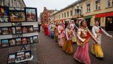 Членове на руската религиозна секта Международно общество за Кришна съзнание танцуват по улиците на стария Арбат в Москва.