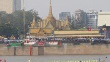Състезание с лодки по време на годишния Воден фестивал по река Тонле Сап пред кралския дворец в Пном Пен, Камбоджа.