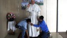 Тайландци подготвят статуя на папа Франциск пред болница в Банкок, Тайланд. Светият отец ще посети страната от 20 ноември по случай 350-тата годишнина от основаването на Мисията на Сиам. Папата е първият, който идва в Тайланд след 40 години.