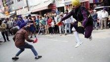 Вярващи изпълняват гатка - бойно изкуство на сикхите, по време на процесия в Амритсар, Индия. Сикхите по света честват 550 г. от раждането на гуру Нанак Дев Джи - основател на сикхизма.