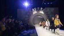 Деца-модели дефилират на подиума за модна къща Ван Монфе по време на Седмицата на детската мода в Пекин, Китай.