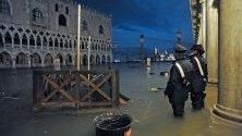 """Висока вода е заляла площад """"Сан Марко"""" във Венеция. Нивото достигна 1,87 м. над морското равнище."""