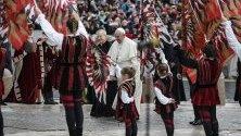 """Папа Франциск пристига за седмичната си аудиенция на пл. """"Свети Петър"""" във Ватикана."""
