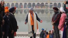 Принц Чарлз посещава свещения храм на сикхите Гурудуара Бангла Сахиб в Делхи, Индия.
