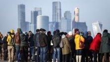 Московчани се любуват на гледката на небостъргачи, издигащи се в бизнес центъра в Москва.