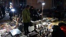 Китайци купуват стоки на битпазара Да Лю Шу в Пекин - един от най-големите битаци в града. Той работи всяка седмица от вторник вечерта до сряда на обяд.