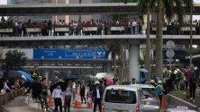 Блокиран път в Хонконг от протестиращи и офис служители по време на флаш моб в центъра на града.