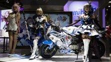 Модели, облечени като герои от онлайн играта `Genshin Impact`, позират по време на годишното гейминг изложение G-Star Global Game Exhibition в Бусан, Южна Корея.