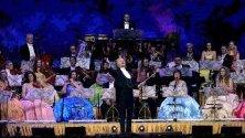 """Цигуларят Андре Рийо изнася концерт с оркестъра """"Йохан Щраус"""" в Мадрид, Испания."""