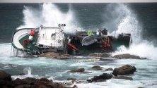 """Рибарският кораб """"Дивина дел Мар"""" е преобърнат от вълните и силните ветрове край Коруна, Галисия, Испания. Бурите продължават да бушуват в региона."""