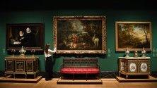 """Куратор разглежда картината """"Пейзаж със Свети Георги и Змея"""" от Рубенс, част от изложбата """"eorge IV: Art & Spectacle"""" в Бъкингамския дворец в Лондон, която отваря врати днес."""