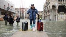 """Турист сред високите води във Венеция. Градът затвори площад """"Сан Марко"""" заради наводненията - вторите най-големи в историята."""