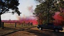 Австралиец бяга, за да избегне спуснато от самолет вещество срещу пожари, край Коло Хайтс, Нов Южен Уелс, Австралия. В региона е издадено предупреждение за опасност от възникване на горски пожари и властите взимат превантивни мерки.