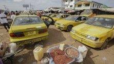 Жълти таксита на таксиметрова стоянка в Монровия, Либерия. Такситата в Либерия и съседните държави са най-разпространената форма на транспорт заради недоразвитата система на обществения транспорт. 10 км превоз с такси струват 1,80 евро.