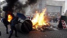 """Протестиращи """"жълти жилетки"""" в сблъсък с полицията по време на демонстрация в Париж по повод една година от началото на протеста."""