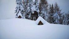 Курортът Cima Fertazza затрупан със сняг в Доломитите, Северна Италия. Цялата страна е обхваната от лошо време.