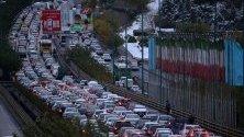Блокирана магистрала в Техеран от протестиращи с автомобилите си заради ръста на цените на горивата.