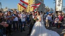 Ливански младоженци на площада в центъра на Бейрут, обградени от протестиращи. Демонстрациите, започнали преди месец, са срещу правителството на премиера Саад Харири.