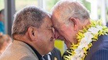 Принц Чарлз получава традиционен поздрав от старейшина по време на посещение в Оукланд. Принц Чарлз е в Нова Зеландия на едноседмична визита.
