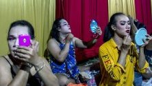 """Трансджендър актьори от труата """"Ludruk Karya Buddy"""" се подготвят за изпълнение на традиционна танцова опера, известна като Лудрук, в Моджокерто, Индонезия."""