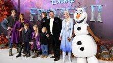 """Британският режисьор Гай Ричи, съпругата му Жаки Ансли и децата им позират с характери от филма """"Замръзналото кралство 2"""" по време на примиерата на лентата в Лондон."""